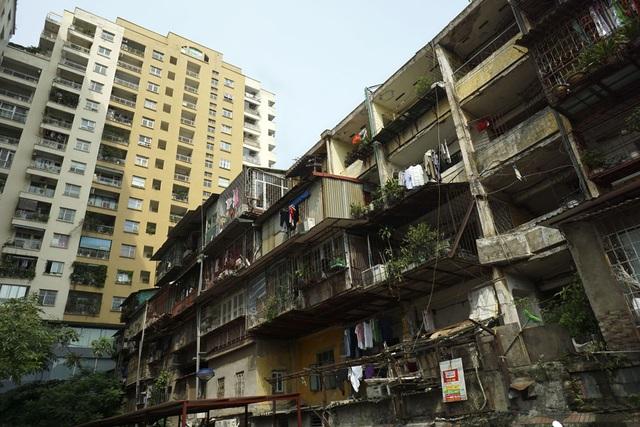 Hai tòa chung cư có bề ngoài trái ngược nhau.