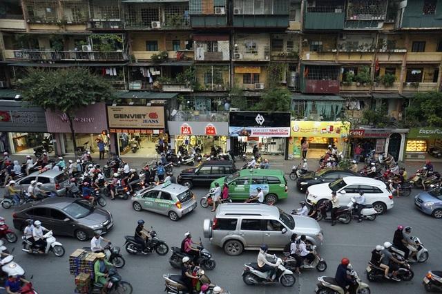 Khu tập thể Trung Tự trên phố Phạm Ngọc Thạch thể hiện vẻ già nua, lỗi thời trên con đường đông đúc, nơi buôn bán sầm uất.