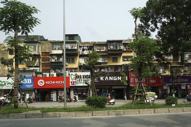 Đặc điểm chung của các khu tập thể có mặt tiền trên những con phố buôn bán sầm uất là chăm chút cho tầng một.