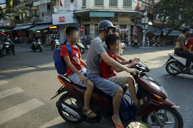 Hiện tượng chở hai, ba trẻ nhỏ không đội mũ bảo hiểm được nhìn thấy nhiều hơn tại những quận trung tâm thành phố như Hoàn Kiếm, Ba Đình. Các trường học khu vực này thường ở len lỏi trong các con phố cổ, khoảng cách đên trường gần khiến nhiều phụ huynh lơ là việc đội mũ bảo hiểm cho con em mình.