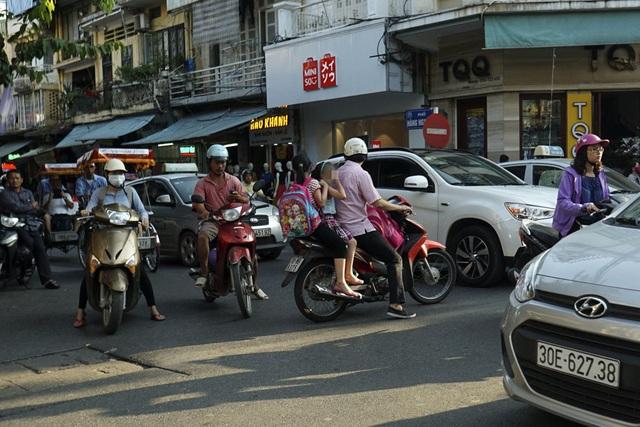 Giờ cao điểm trên trục đường Hàng Ngang - Hàng Đào - Đồng Xuân.