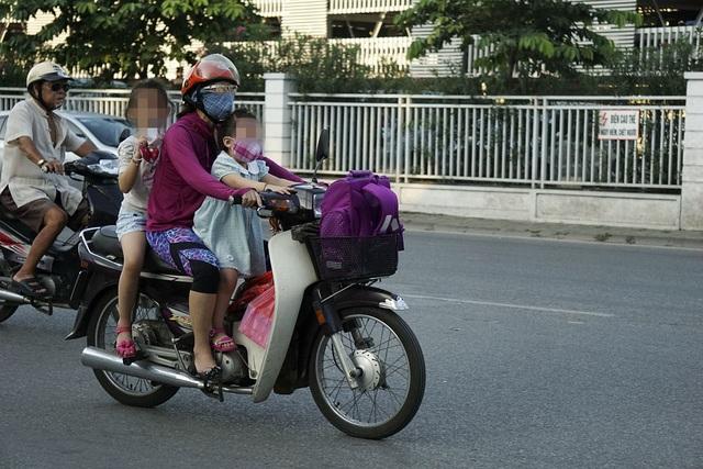 Nguy hiểm rình rập trẻ nhỏ không đội mũ bảo hiểm trên xe máy - 5