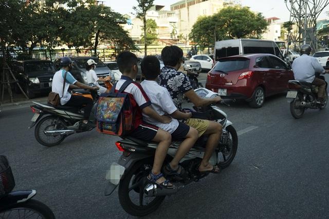 Nguy hiểm rình rập trẻ nhỏ không đội mũ bảo hiểm trên xe máy - 10