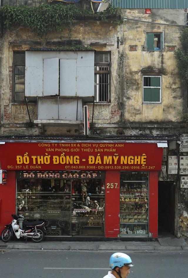 Một ngôi nhà trên phố Lê Duẩn, bên dưới rực rỡ màu đỏ, còn bên trên thâm trầm, cũ kỹ.