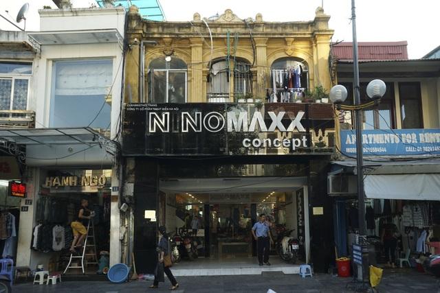 Một ngôi nhà cổ lọt thỏm giữa những biển hiệu nhiều chữ trên phố Hàng Đào.
