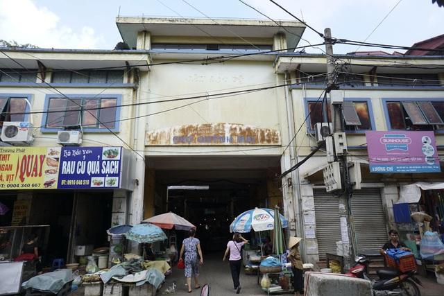 Chợ Thành Công với với tấm biển hoen gỉ, hoàn toàn xa lạ .