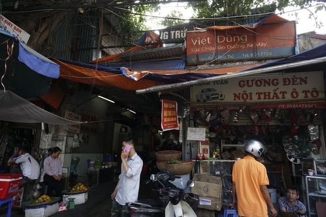 Một chợ xanh trên phố Nguyễn Công Trứ, không ai có thể đọc được tên chợ bởi biển hiệu bị hỏng hoàn toàn.