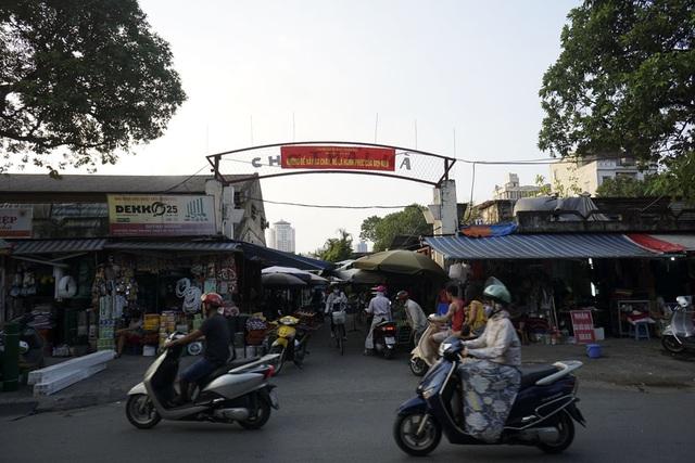 Biển chợ Thái Hà ở phố Trần Quang Diệu (quận Đống Đa) lại được dùng làm nơi treo khẩu hiệu của lực lượng PCCC.