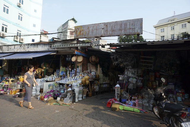 Chợ xanh Kim Liên ở phố Lương Định Của (quận Đống Đa) với tấm biển hiệu không đọc được chữ.