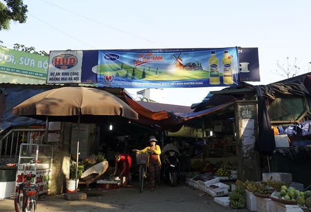 Tại chợ Định Công (quận Hoàng Mai), người dân cho biết, tấm pano quảng cáo được dán đè lên không biết từ khi nào.