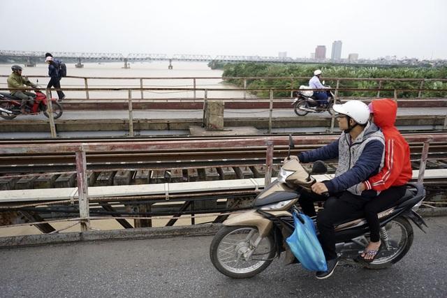 Trên cầu Long Biên, người đi đường cảm nhận rõ nhất mùa đông vì gió lạnh kết hợp với khí sông.