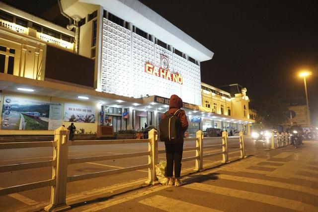 Sân ga Hà Nội vắng vẻ.
