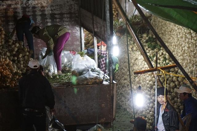 Về đêm, tại chợ rau củ quả Long Biên, người lao động vẫn tất bật công việc.