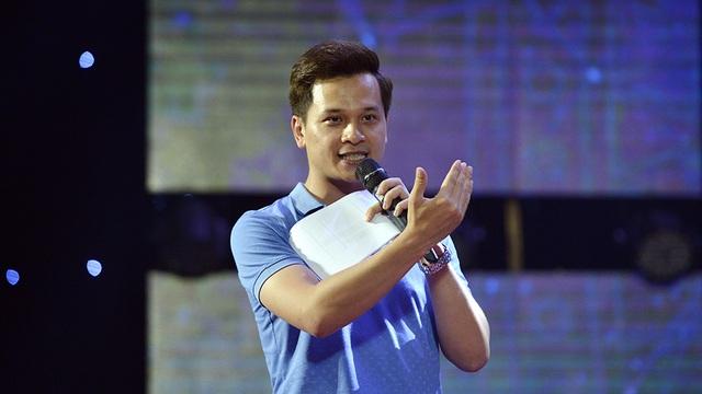 MC Danh Tùng hướng dẫn các đoàn thí sinh cách vào ra sân khấu.