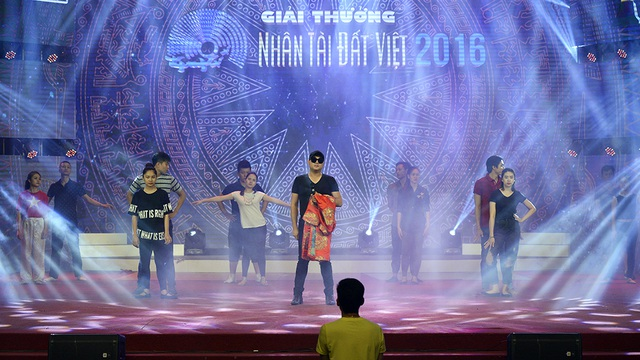 Tham gia cùng với Lễ trao giải Nhân tài Đất Việt là các nghệ sỹ như Minh Quân; Trọng Tấn; Dương Hoàng Yến và bé Nhật Minh - Quán quân The Voice Kids 2016.