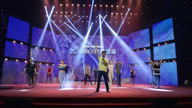 Sân khấu được thiết kế hài hòa với màn hình siêu nét thể hiện các hình ảnh trong Lễ trao Giải thưởng Nhân tài Đất Việt 2016, sẽ diễn ra vào 20h tối nay 19/11, được cập nhật trực tiếp trên Báo điện tử Dân trí và trên sóng VTV2 của Đài truyền hình Việt Nam.