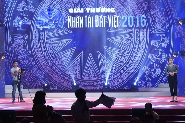 Hình nền chủ đạo trên sân khấu Lễ trao giải Nhân tài Đất Việt 2016 là đường nét mặt trống đồng.  Giải thưởng năm nay còn đồng hành cùng Startup Việt Nam, góp phần giúp các startup phát triển sản phẩm và chiếm lĩnh thị trường, khẳng định vị thế cho startup công nghệ Việt Nam.