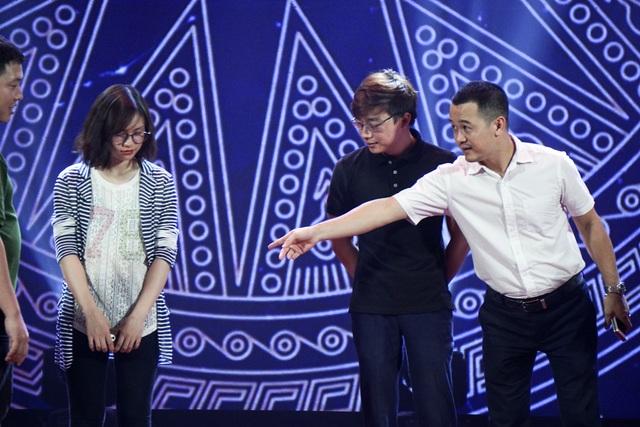 Theo hướng dẫn của BTC, các thí sinh luyện tập nhiều lần để có sự xuất hiện tốt nhất sân khấu.