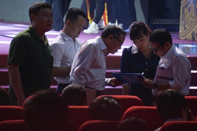 Lãnh đạo Báo Điện tử Dân trí cùng trao đổi với ê kíp thực hiện chương trình của Đài Truyền hình Việt Nam.