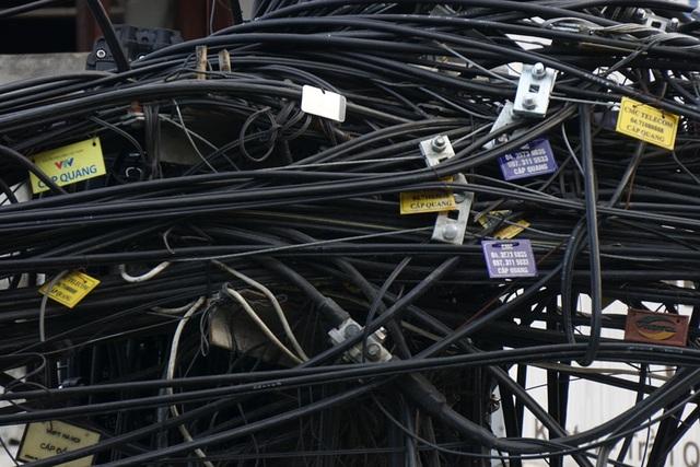 Các loại cáp viễn thông được đánh dấu chi chít để tránh nhầm lẫn.