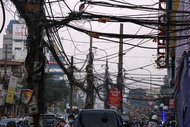 Hệ thống đường dây trên phố Trường Chinh (quận Đống Đa) với nhiều loại cáp đã không còn được sử dụng nhưng vẫn chưa được dọn dẹp.