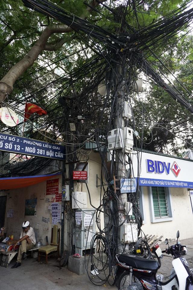 Một cột điện trên phố Đội Cấn.