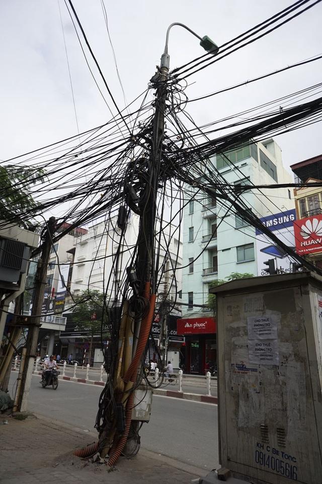 Cột điện phố Thái Hà.