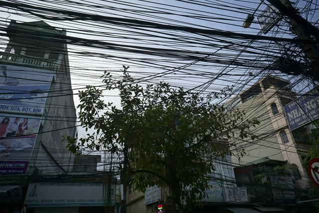 Mạng lưới các loại đường dây trên phố Trương Định (quận Hoàng Mai).
