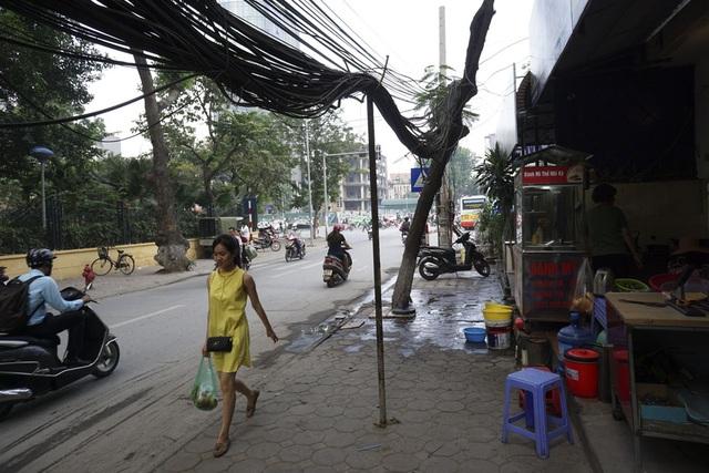 Những bó dây chạy vắt vẻo là là mặt đất phải chống bằng những chiếc cột tạm trên phố Đội Cấn (quận Ba Đình).