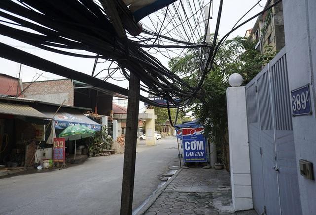 Một búi dây sà xuống trước cửa nhà ở ngõ 389 phố Trương Định.