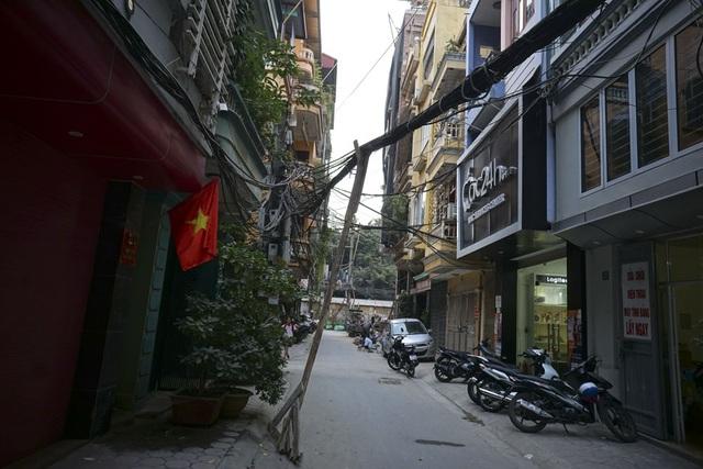 Những chiếc cột chống tạm trong một khu dân cư.