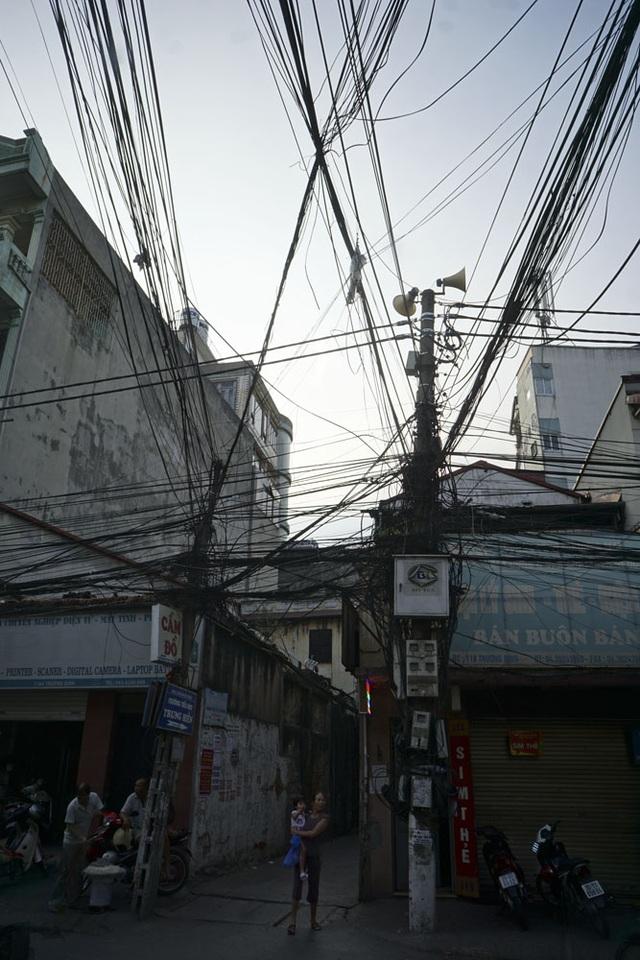 Hệ thống đường dây trên phố Trương Định không khác gì mạng nhện