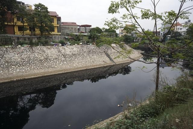 Mặt nước đen đặc quánh của sông Tô Lịch đoạn qua Tả Thanh Oai (Thanh Trì, Hà Nội). Là dòng sông lâu đời của đất Thăng Long, xưa nơi đây là chỗ buôn bán sôi động, nay đã trở thành dòng sông chết.