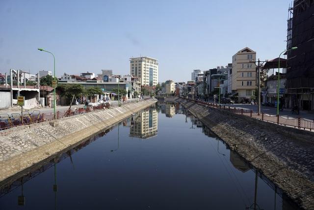 Sông Lừ đoạn chảy qua khu vực Định Công (quận Hoàng Mai).