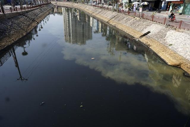 Sông Lừ chảy qua nhiều phường thuộc quận Đống Đa (Thanh Xuân, Hoàng Mai) trước khi hội lưu với sông Tô Lịch và sông Sét. Đây là một trong 5 sông nước thải của Hà Nội quanh năm nước đen ô nhiễm.