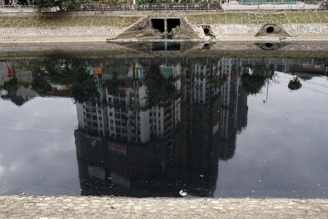 Các hệ thống cống xả thải từ khu dân cư ra dòng sông Tô Lịch.