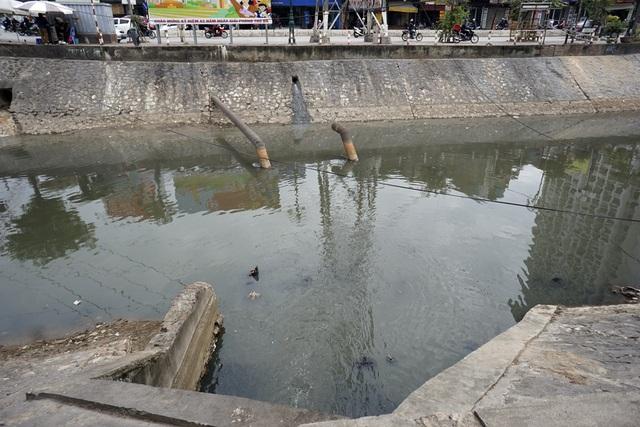 Một cửa cống đổ ra sông Kim Ngưu đoạn phố Minh Khai (quận Hai Bà Trưng) với 2 bờ dân cư đông đúc. Đây là đoạn sông chuẩn đi vào nhà máy xử lý nước thải Yên Sở, công suất 200.000 m3/ngày tương đương 1/3 lượng nước thải hàng ngày của toàn thành phố.