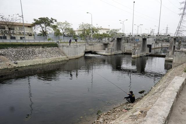 Trái ngược với đoạn nước trước xử lý, đã xuất hiện người dân câu cá trên đoạn sông qua xử lý được chảy ra từ nhà máy.