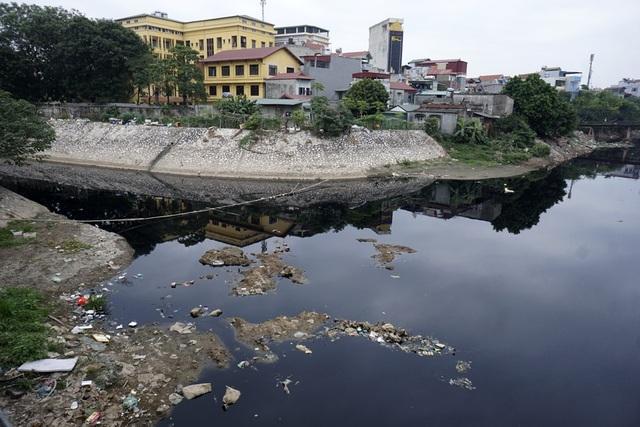 Ngã ba sông Tô Lịch và sông Nhuệ giao nhau tại Cầu Bươu. Đoạn sông này nước đen quánh như nhựa đường và có rất nhiều rác.