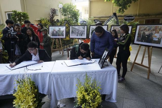 Các bạn trẻ đi viếng và ghi sổ tang tại Đại sứ quán Cuba.