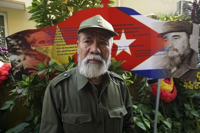 Cựu chiến binh Nguyễn Văn Hải mặc bộ quần áo giống phong cách của cựu Chủ tịch Cuba Fidel Castro khi đến viếng tại Đại sứ quán nước này ở Hà Nội.