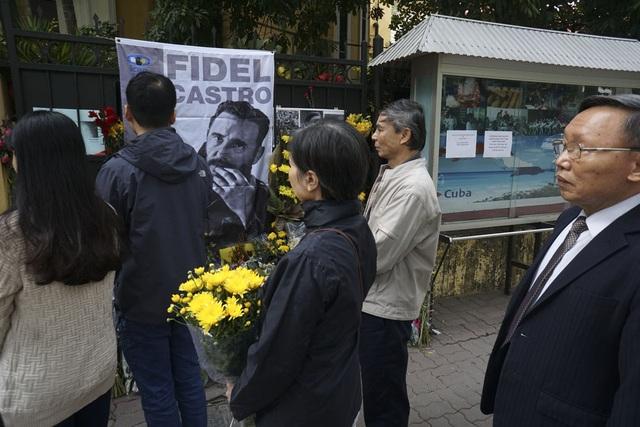 Người dân đứng chờ vào bên trong Đại sứ quán Cuba chia buồn.