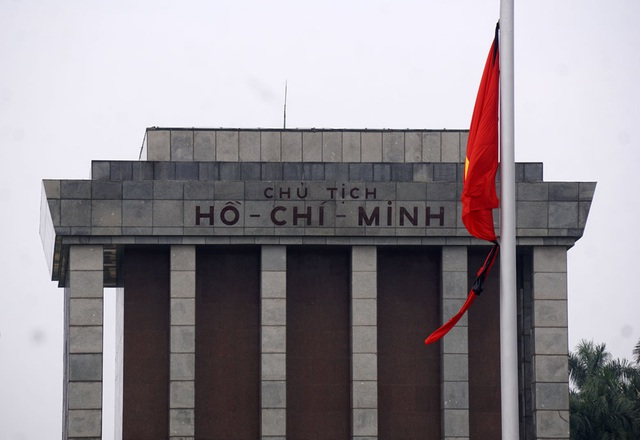 Cờ rủ trước Lăng Chủ tịch Hồ Chí Minh.