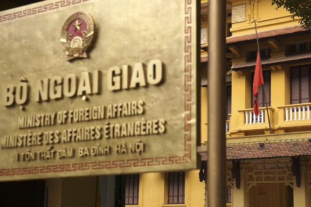 Cờ rủ được treo tại trụ sở Bộ Ngoại giao Việt Nam.