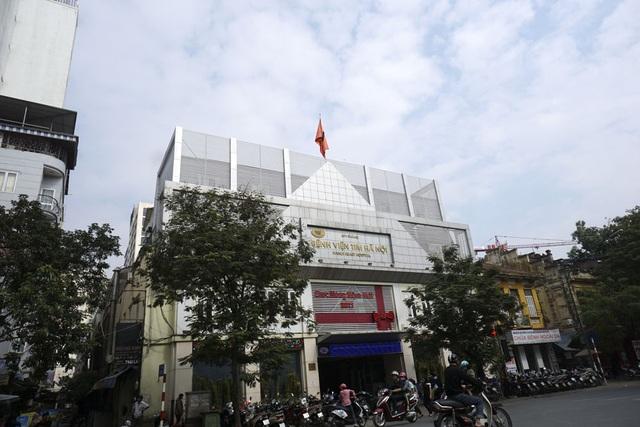 Cờ rủ treo tại Bệnh viện Tim Hà Nội.