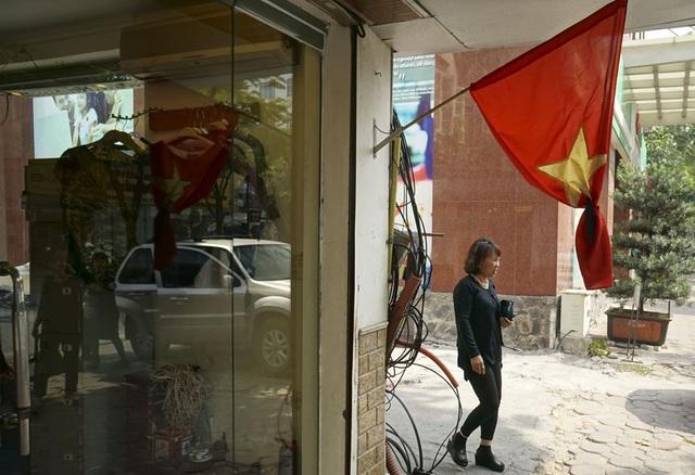 Cờ rủ quấn băng đen treo ở một cửa hàng thời trang phố Lý Thường Kiệt.