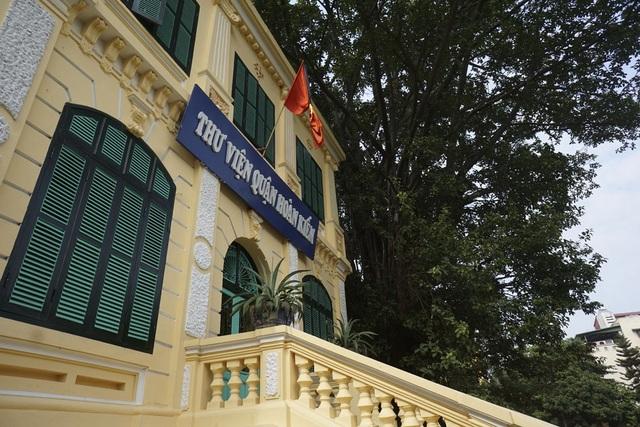 Cờ rủ với dải băng đen trước thư viện quận Hoàn Kiếm trên phố Nhà Chung.