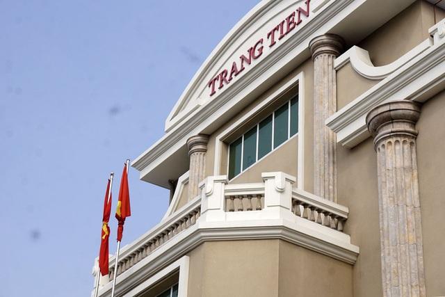 Treo cờ rủ tại một trung tâm thương mại phố Hàng Bài.