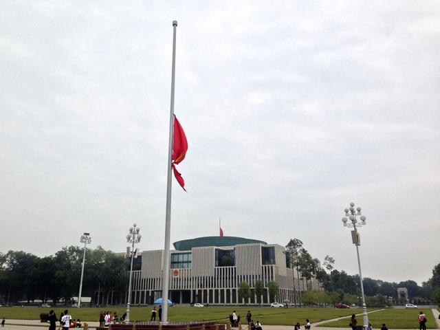 Từ Lăng Chủ tịch Hồ Chí Minh nhìn sang tòa nhà Quốc Hội Việt Nam.