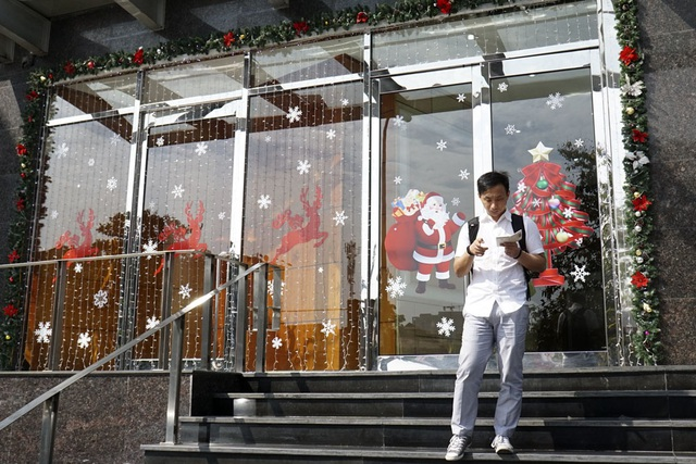 Mặt tiền các tòa nhà được trang trí phổ biến hình ông già Noel và tuần lộc.